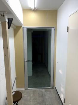 ドア設置工事の様子