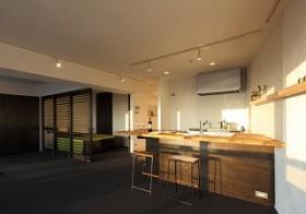 木のカウンターのあるキッチン