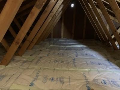 屋根裏の断熱材施工