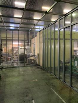 工場内のテント設営